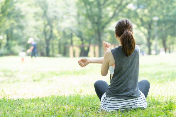 公園でストレッチしている女性の画像