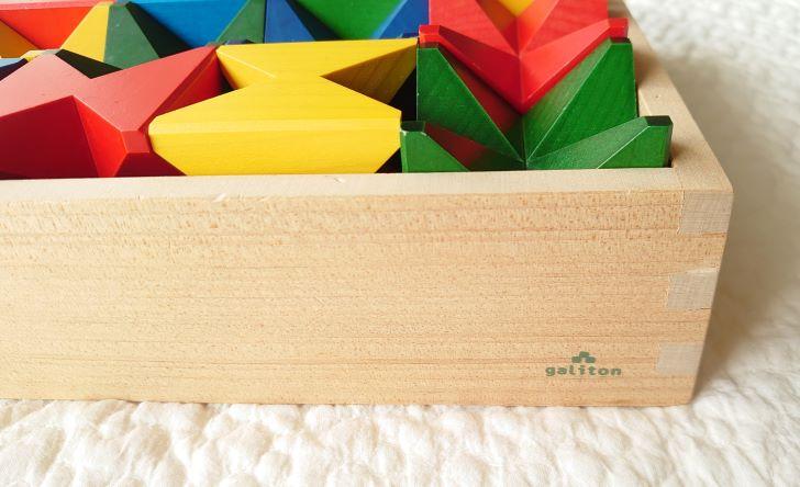 積み木が収納された木箱のアップ画像