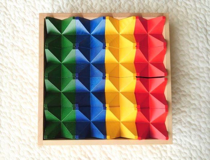 木箱に収められた4色の積み木の画像
