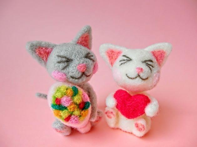 フェルトで出来たカップルの猫の人形
