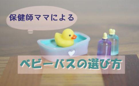 お風呂に入る黄色いアヒルのビニール人形の写真