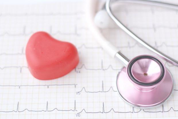 心電図と聴診器とハートの写真